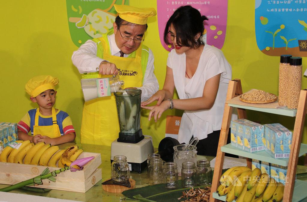 台灣香蕉夏季盛產,農委會農糧署長胡忠一(右2)7日出席「香蕉豆陣行,履歷好安心」行銷記者會,推薦民眾可將香蕉搭配大豆飲品,補充優質植物性蛋白質。中央社記者蕭博陽南投縣攝 109年7月7日
