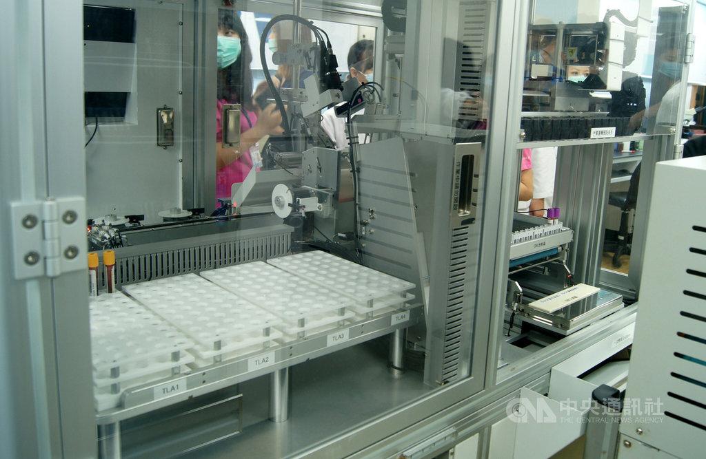 彰化秀傳醫療體系引進實驗室全自動化智能化設備,不僅讓病患抽血時間從17分鐘縮短為6分鐘,也降低樣本被污染的機率。中央社記者吳哲豪彰化攝 109年7月7日