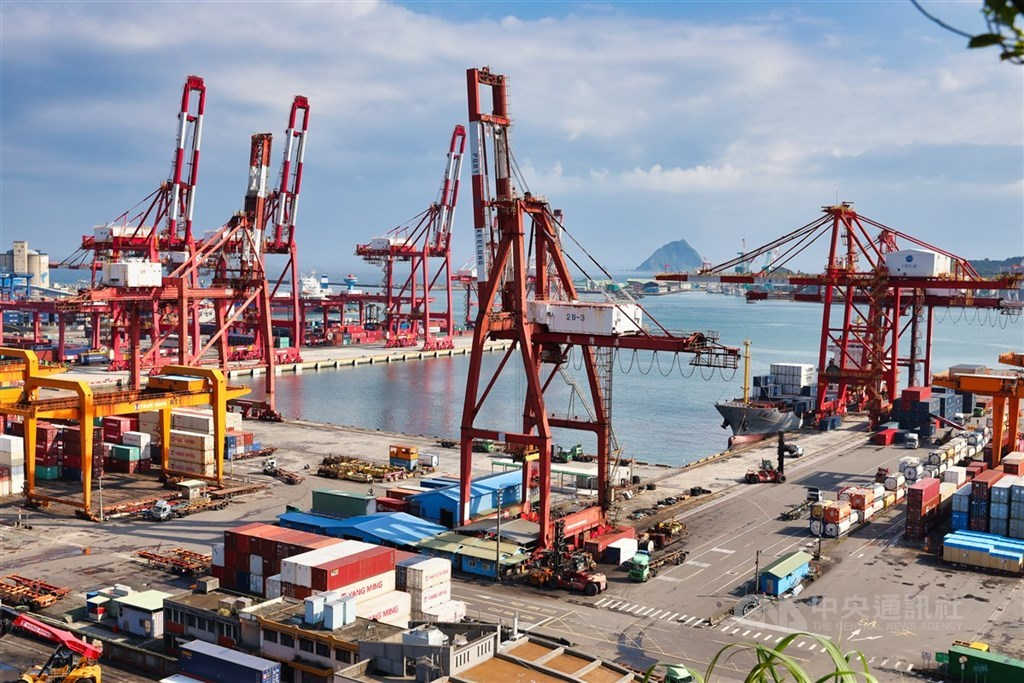 疫情威脅籠罩全球,6月出口年減3.8%,但在兩大科技類貨品高速成長支撐下,上半年出口年增0.5%,仍為亞洲四小龍最佳。(中央社檔案照片)
