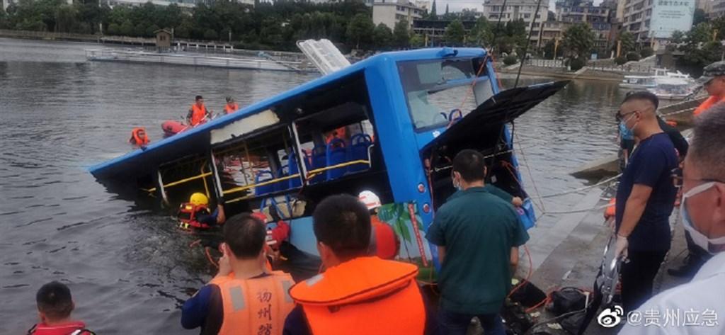 中國貴州省安順市7日一輛行駛中的公車突然橫衝到對面車道,衝撞護欄並墜入湖中,已知有21人死亡。(圖取自貴州應急微博網頁weibo.com)