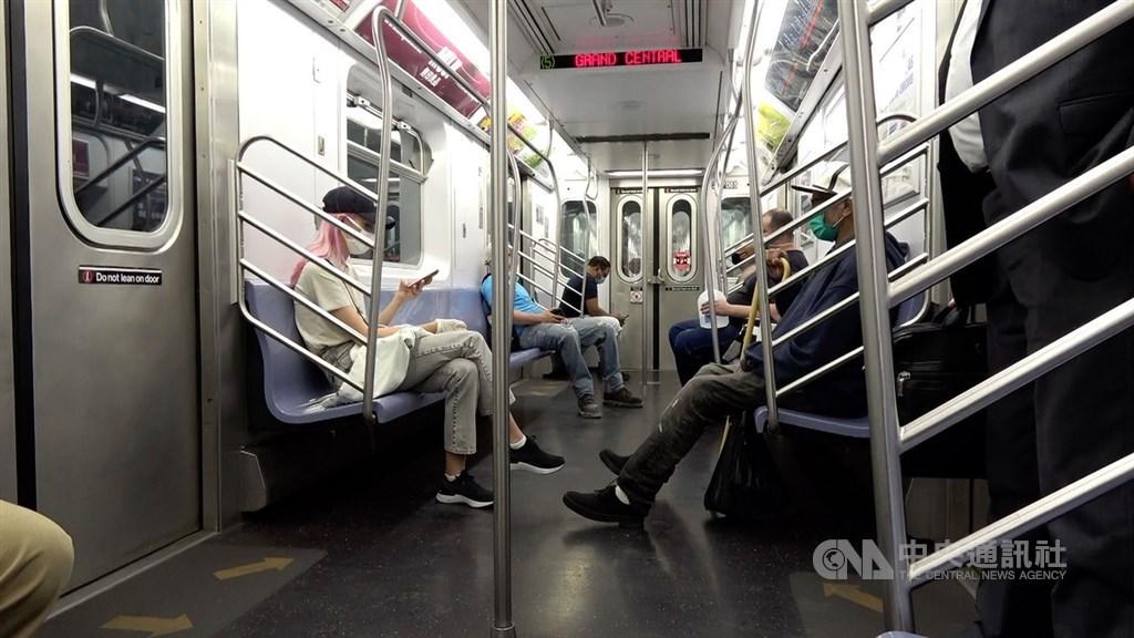 紐約市經濟重啟,民眾逐漸重返工作崗位,為防止疫情回溫,大眾運輸管理單位要求地鐵乘客配戴口罩。中央社記者尹俊傑紐約攝 109年6月23日