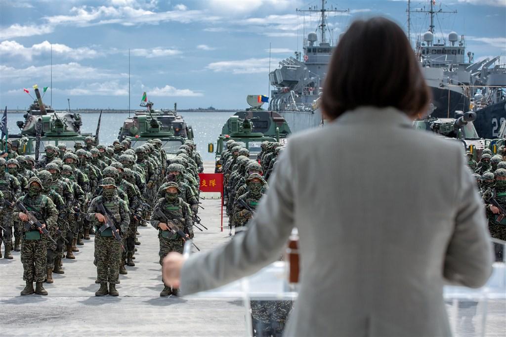蔡總統說,近幾年國軍的演習規模、規劃都精進很多,漢光演習也是國軍演訓重要的一部份。圖為6日總統(前)慰勉海軍陸戰隊九九旅步二營。(總統府提供)中央社