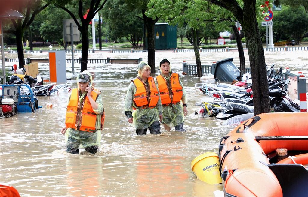 中國南方地區暴雨持續,7日安徽黃山歙縣暴雨引發嚴重城市洪澇,圖為官兵出動救援。(中新社提供)