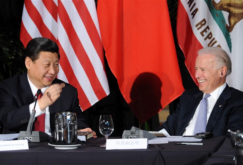 曾在美國歐巴馬政府任副總統的拜登(右),與中國領導人習近平(左)的私人關係為人稱道。拜登就任美國總統後,對中政策將繼續成為美政壇熱點。圖為2012年拜登與時任中國國家副主席習近平於美國洛杉磯舉辦的中美省州長見面會中會面。(中新社)