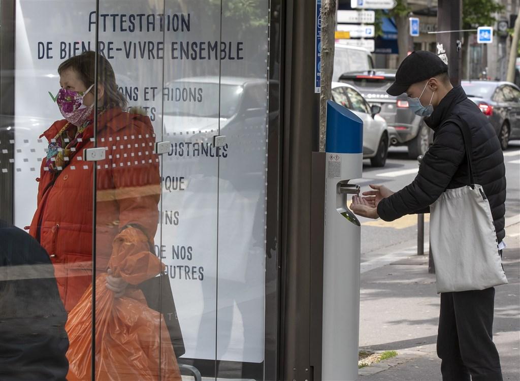 一名法國公車司機拒絕讓沒戴口罩的乘客上車,結果遭攻擊,6日被宣布腦死。圖為等公車的法國巴黎民眾。(檔案照片/美聯社)