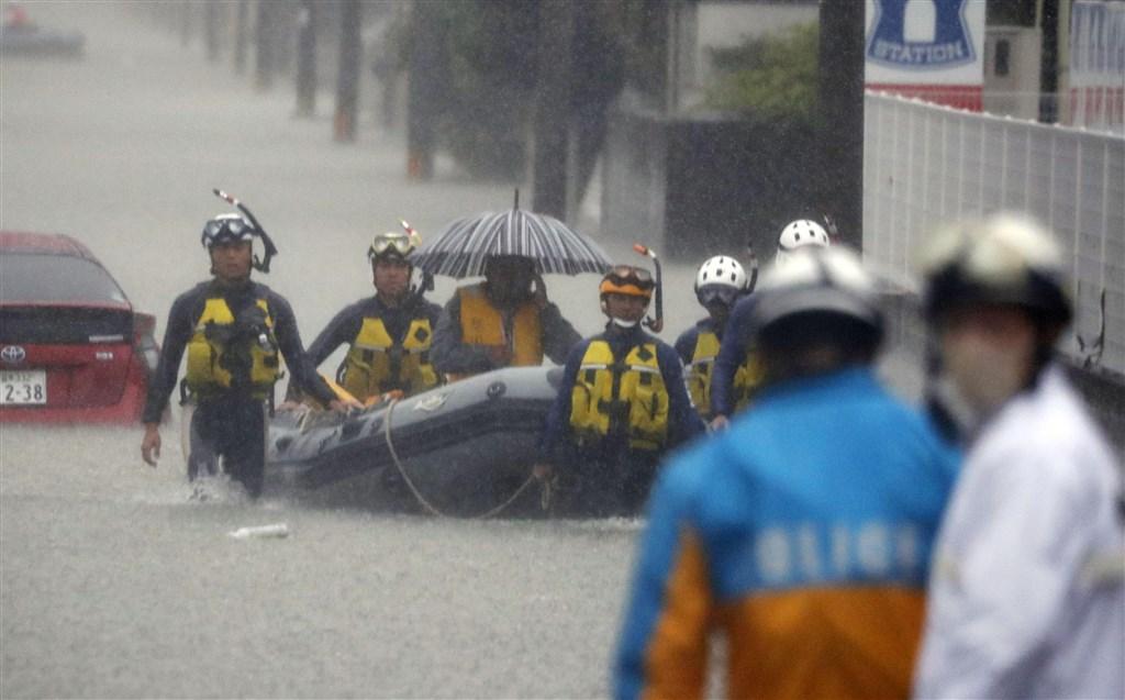 日本西南部洪災已知奪走至少50人性命,福岡縣警方7日出動橡皮艇救援因雨災受困民眾。(共同社提供)