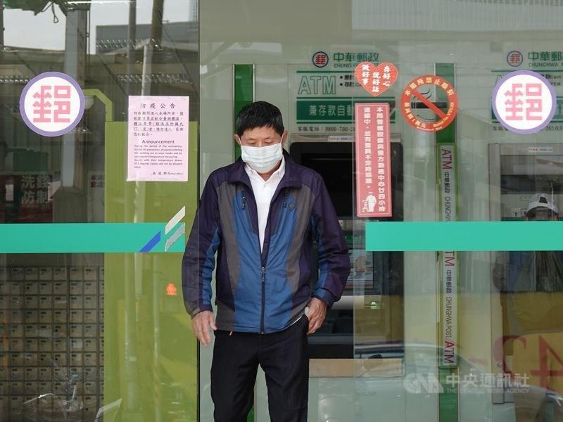 根據中華郵政規劃,預估每人份購領紙本振興三倍券所需時間約2.5分鐘。(中央社檔案照片)
