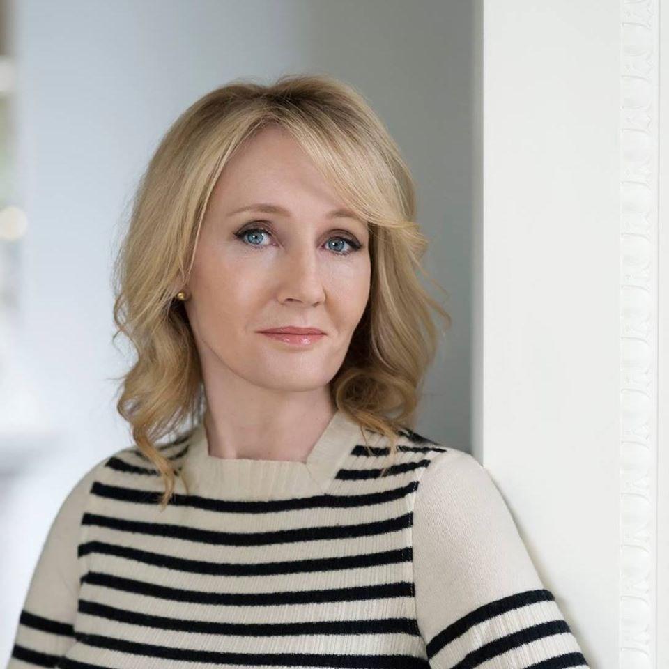 「哈利波特」系列小說作者JK羅琳(圖)將跨性別荷爾蒙治療比作同性戀「性傾向扭轉治療」,引發跨性別人權支持者開砲。(圖取自facebook.com/JKRowling)