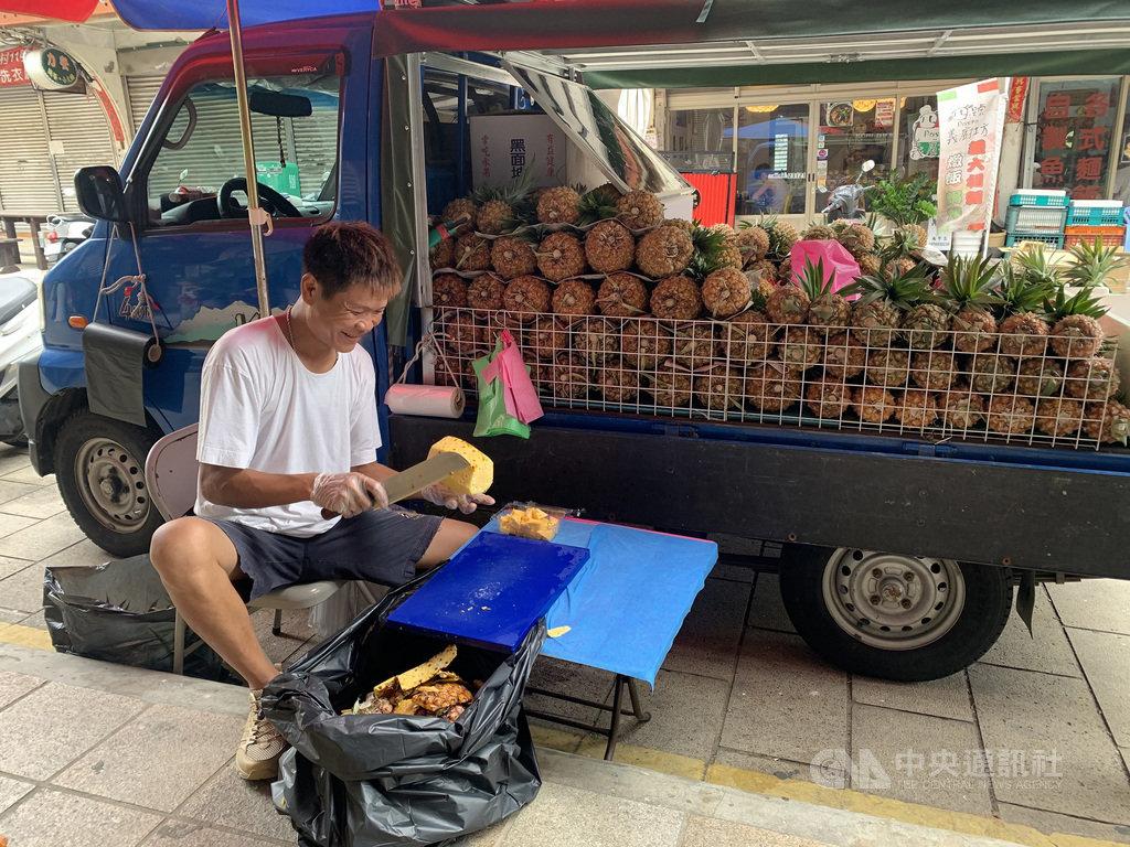 台灣鳳梨果農沈立盛有機農法種植鳳梨2年,一直以來都是自產自銷;他曾在馬祖當兵,知道馬祖水果稀少,為了與馬祖當地人分享這份酸甜美味,特地親運鳳梨到馬祖,邊旅行邊賣鳳梨。中央社記者邱筠攝 109年7月8日
