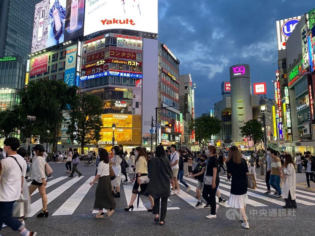 日本放送協會報導,日本東京都政府相關人士說,8日單日新增75例確診病例,是連續6天單日破百例後再度回到2位數,累計病例數達到7048例。圖為東京鬧區。(中央社檔案照片)