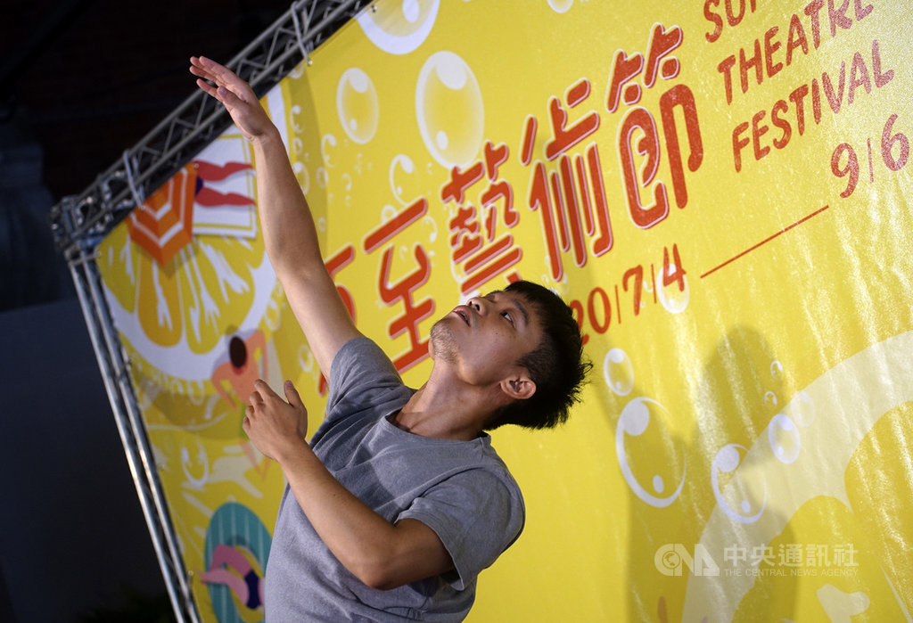 「夏至藝術節」由雲林縣、嘉義縣、嘉義市以及台南新營等4個文化中心,共同組成「雲嘉嘉營劇場連線」所策辦,於7月4日登場,將一路舉辦至9月初。主辦單位8日在國立台灣博物館南門園區舉辦記者會,邀請驫舞劇場舞者到場表演宣傳。中央社記者裴禛攝  109年7月8日