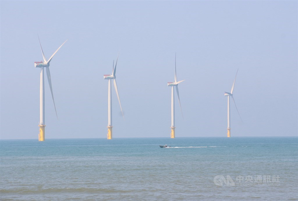 沃旭能源與台積電正式簽署企業購售電契約,將承購沃旭旗下裝置容量共920MW離岸風場所有發電量,合約為期20年。圖為由沃旭能源、JERA、麥格理綠投資集團及上緯投控共同開發的海洋風電離岸風場。(中央社檔案照片)