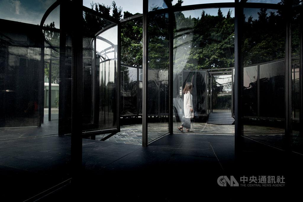 跨領域團隊「何理互動設計」把偏光片用在大型展品「膜」,以特殊光學效果,創造層次多重疊加的空間,觀者在移動間產生觀看錯覺,迷走於邊界曖昧、真實與幻境交疊的超感空間。(北美館提供)中央社記者鄭景雯傳真 109年7月8日