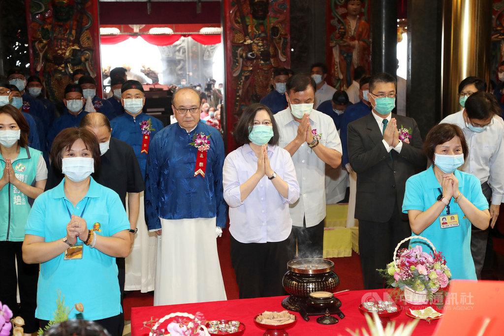 總統蔡英文(前中)8日在台北出席指南宮孚佑帝君成道1140週年大典,蔡總統雙手合十參拜祈福。中央社記者張皓安攝  109年7月8日