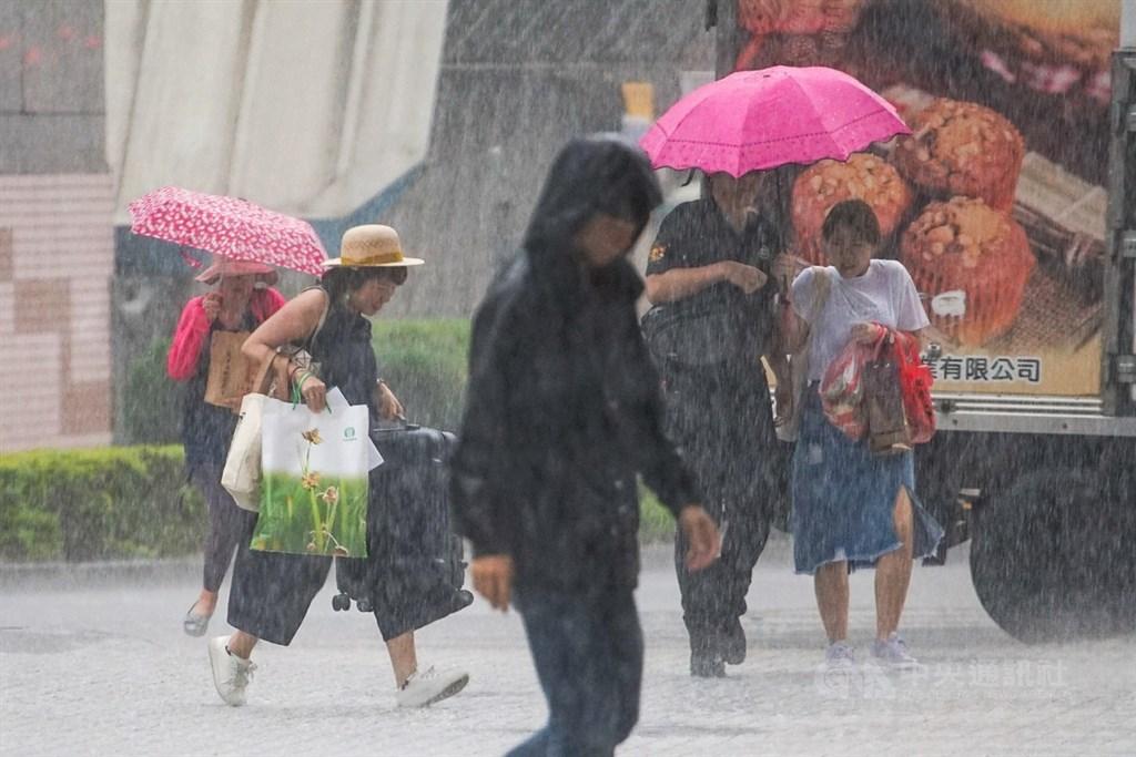 對流雲系發展旺盛,中央氣象局8日下午針對基隆市、新北市等10縣市發出大雨特報,提醒民眾要注意瞬間大雨。(中央社檔案照片)