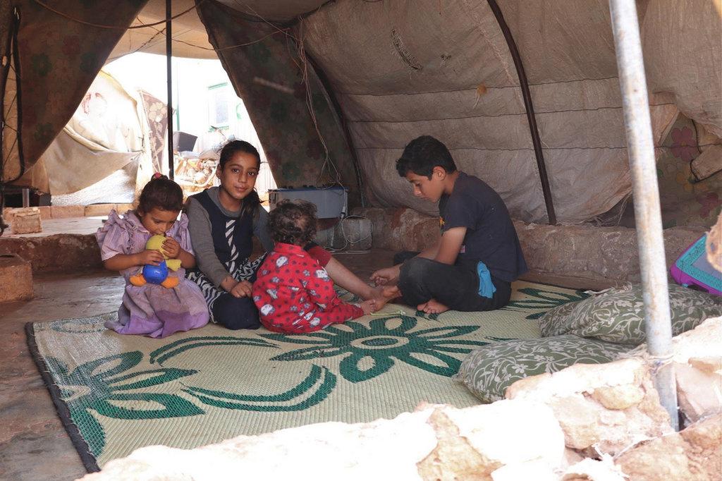 一群兒童7日待在敘利亞伊德利布省阿提瑪難民營帳篷中。非政府組織馬拉姆基金會表示,盛夏期間,當地白天高溫會超過攝氏46度。(馬拉姆基金會提供)中央社記者何宏儒加濟安泰普傳真 109年7月8日