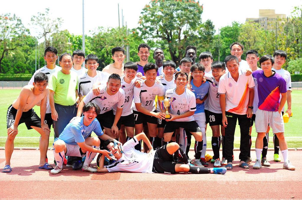 清華大學足球隊中有8名外籍生,他們用各自家鄉話拍攝影片,感謝防疫人員讓台灣防疫成功,校方8日將影片放學校網頁分享。圖為足球隊日前合影。(清華大學提供)中央社記者郭宣彣傳真 109年7月8日