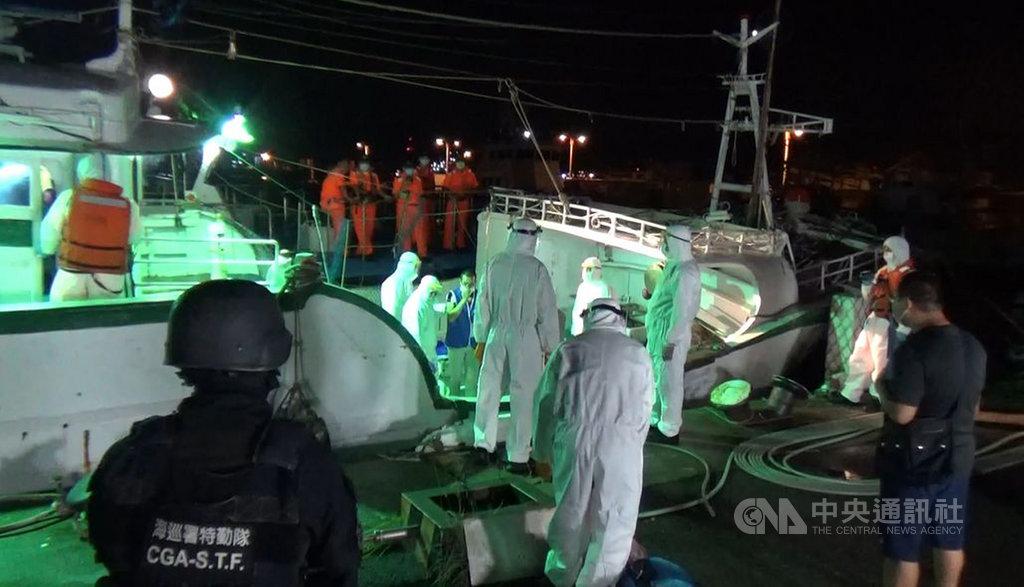 海巡署偵防分署6日深夜在屏東外海查獲30名越南籍偷渡客,查緝人員登船檢驗。(民眾提供)中央社記者趙麗妍傳真 109年7月8日