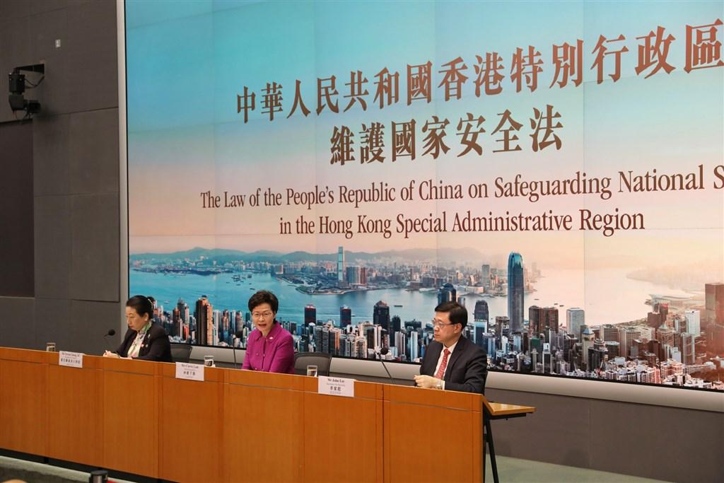 香港實施國安法,前中國外交官指出,港人是不滿中國干預才出走投奔自由;雖然中國可能會重複六四事件後的海外滲透伎倆,但效果將大不如前。圖為特首林鄭月娥(中)1日就香港國安法執行細節舉行記者會。(中新社提供)