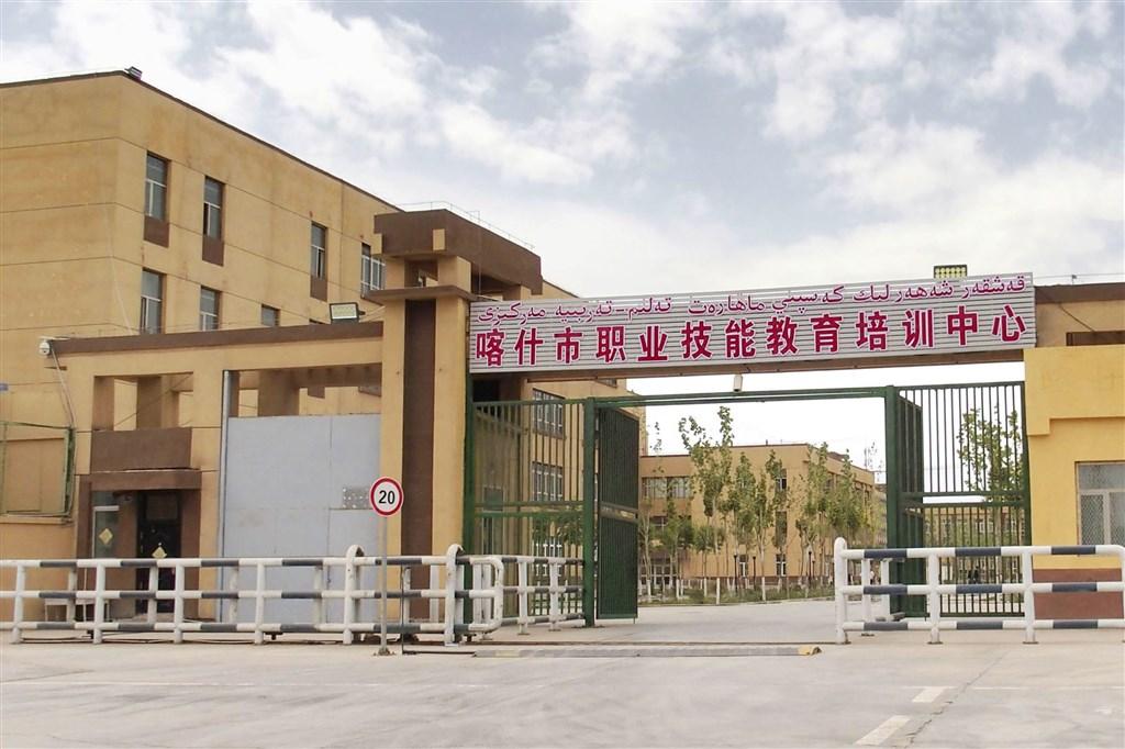 中國官方「新疆的勞動就業保障」白皮書稱,全疆年均培訓勞動者128.8萬人次。台灣中亞學會秘書長侍建宇指出,這等於是中國首度公開地「間接承認」再教育營的存在。圖為中國新疆喀什市一處「職業技能教育培訓中心」。(檔案照片/共同社提供)