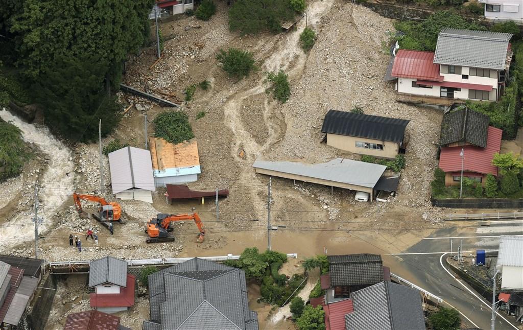 受到梅雨鋒面影響,日本長野縣及岐阜縣降下破紀錄大雨,日本氣象廳8日上午針對這兩縣發布危險等級最高的「大雨特別警報」。圖為土石流入岐阜縣下呂市的住宅。(共同社提供)