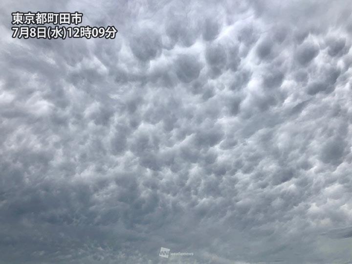氣象新聞公司表示,日本關東地方上空8日出現的「怪雲」正式名稱叫「乳房雲」。(圖取自twitter.com/wni_jp)