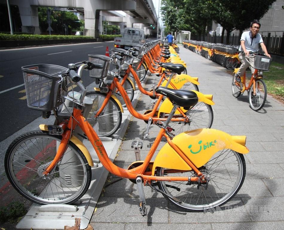 台北市YouBike將升級成2.0,雙北市政府交通局長7日開會交換意見,民眾在明年底前,還能騎1.0悠遊雙北共同圈。(中央社檔案照片)