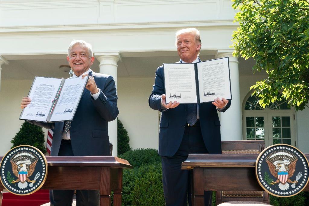 在武漢肺炎和美國總統川普(右)過去對南方鄰國墨西哥的輕蔑言論陰影下,墨國總統羅培茲歐布拉多(左)8日抵達白宮與川普舉行會談。(圖取自twitter.com/WhiteHouse)