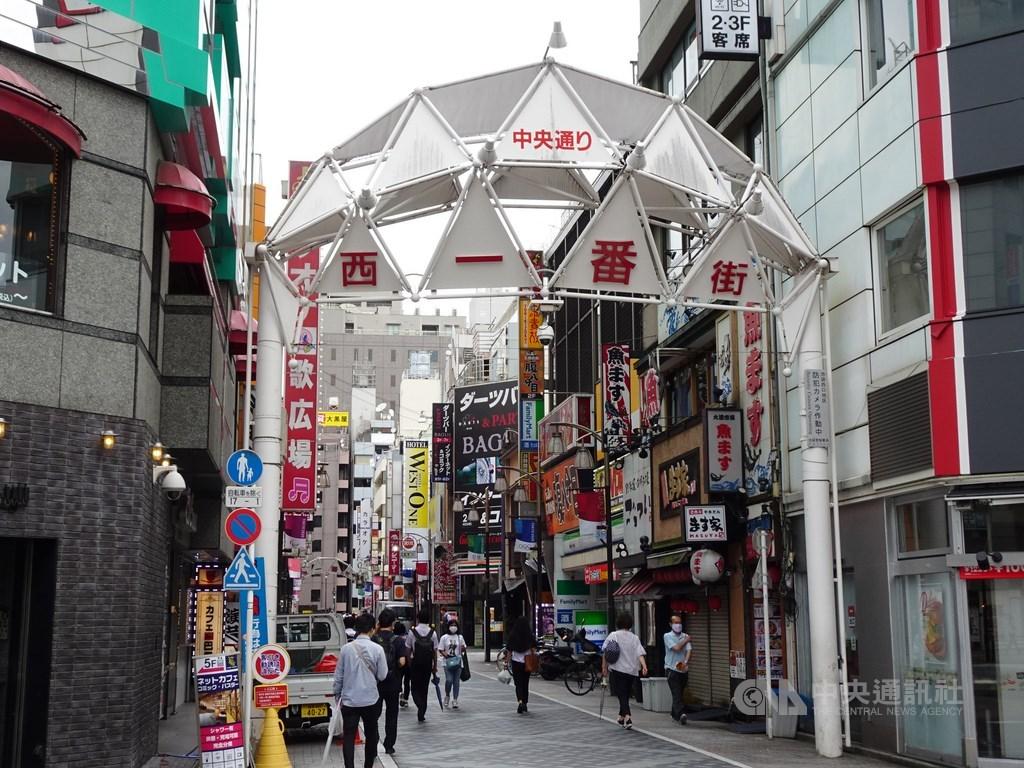 東京都政府相關人士表示,東京都9日新增武漢肺炎確診病例224例,單日新增病例創新高。圖為東京池袋商圈,夜晚是燈紅酒綠區。(中央社檔案照片)