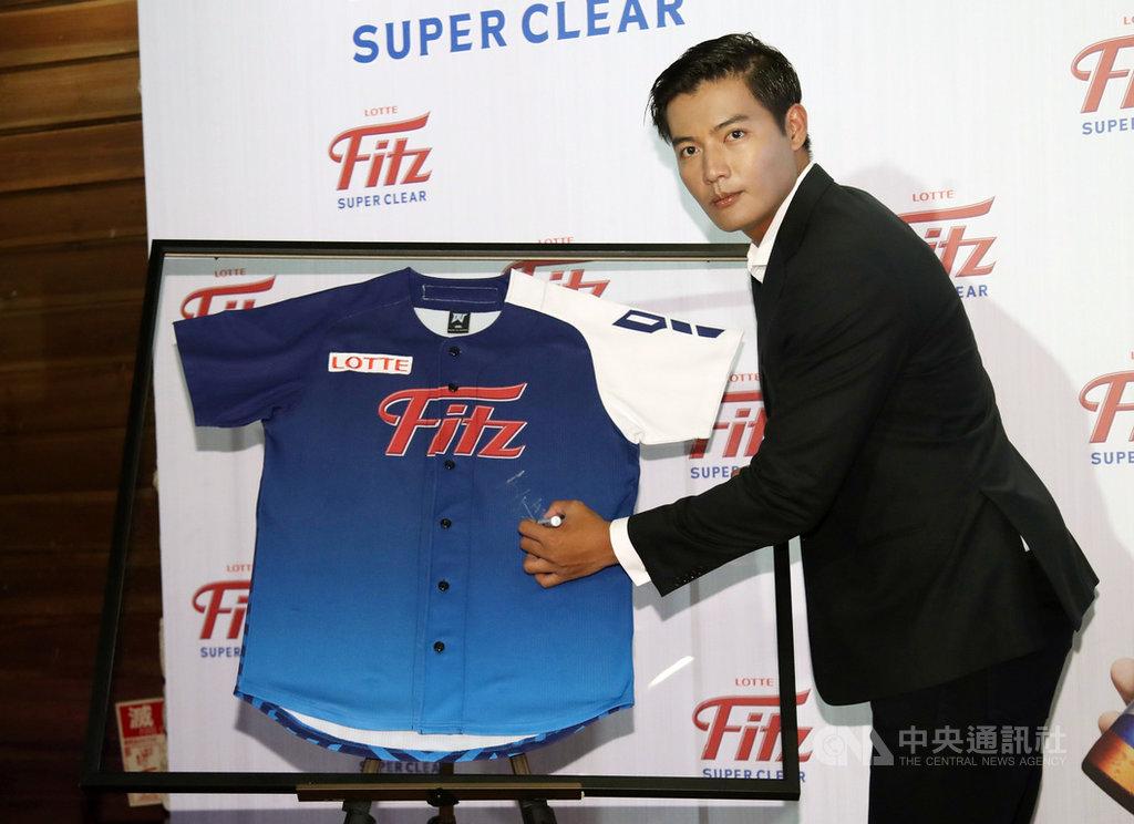 前旅美左投王維中9日在台北出席品牌活動,為拍攝廣告所穿球衣簽名;他並宣布將投入中職季中選秀,對於未來加入中職後的動向,他表示,盼爭取複數年合約。中央社記者張新偉攝  109年7月9日