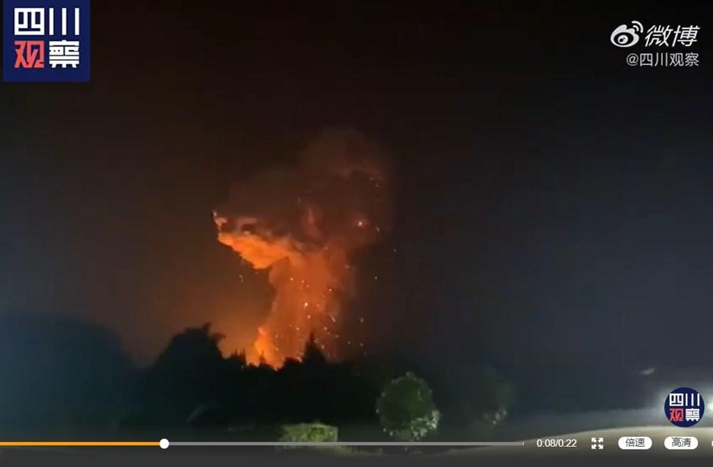 中國大陸四川省廣漢市一座鞭炮廠8日晚間發生數次猛烈爆炸。爆炸後,現場升起黃色蘑菇雲。(圖取自四川觀察微博網頁weibo.com)