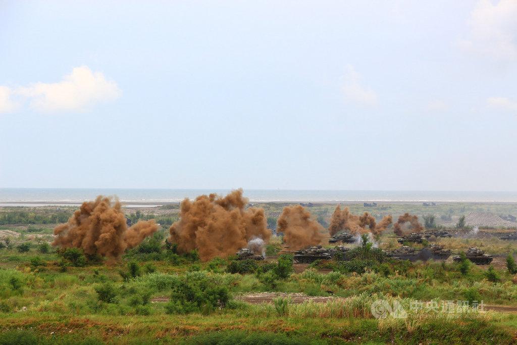 國軍9日在台中甲南海灘進行三軍聯合反登陸作戰實彈操演預演,現場砲火連成一線,場面十分震撼。中央社記者蘇木春攝 109年7月9日