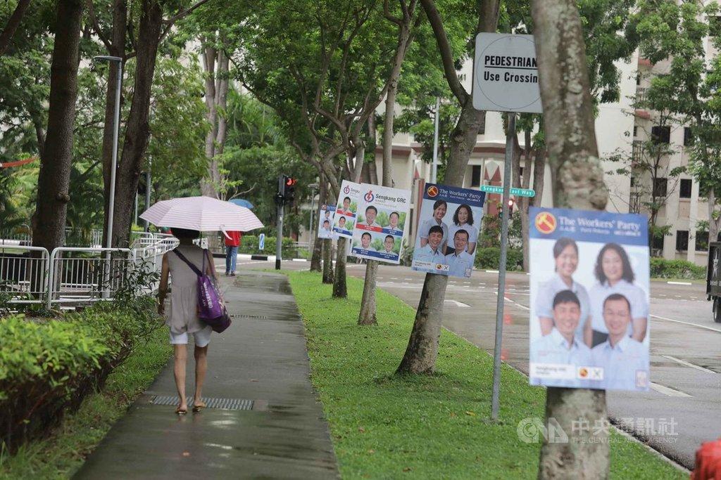 新加坡7月10日舉行國會大選,6月30日大選提名日後進入9天競選活動期間,7月9日是「冷靜日」。圖為掛在街頭的競選看板。中央社記者黃自強新加坡攝 109年7月9日