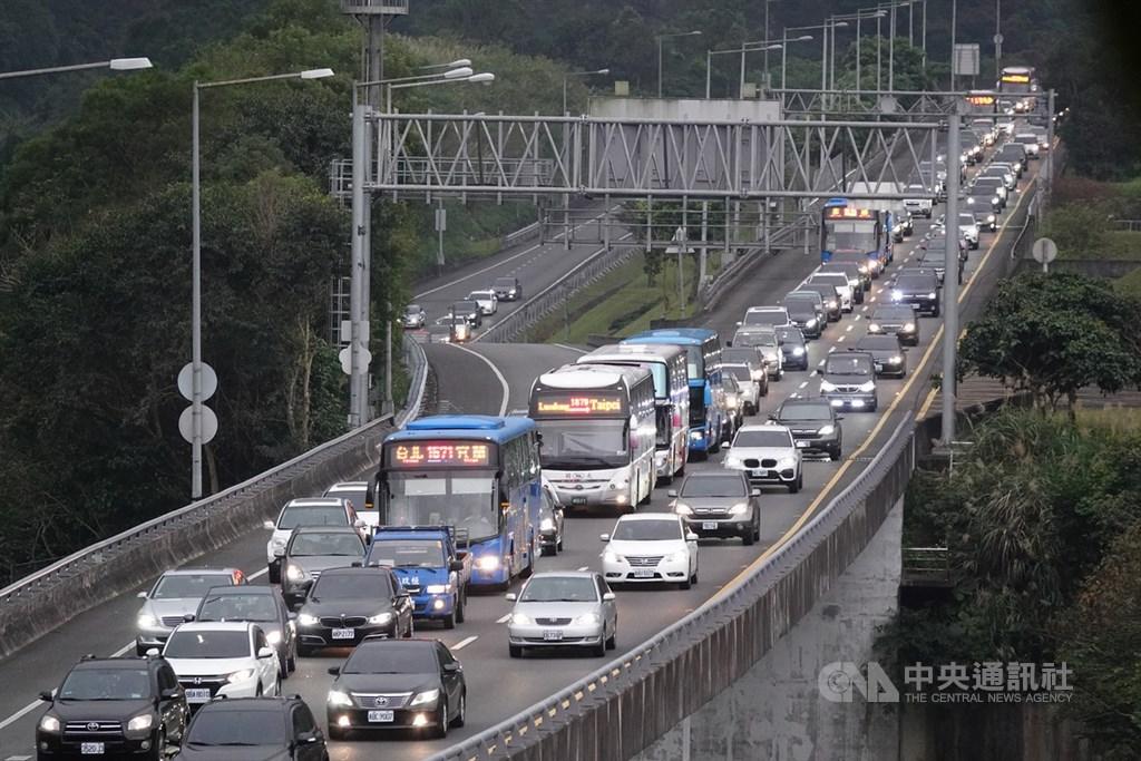 運輸專家9日提議,國道5號通行費尖峰時段提高為10倍後,引起許多通勤族批評。通勤族們說,尖峰時段他們是去上班,通行費漲那麼高,根本是在懲罰宜蘭人。圖為國5北向塞車情形。(中央社檔案照片)