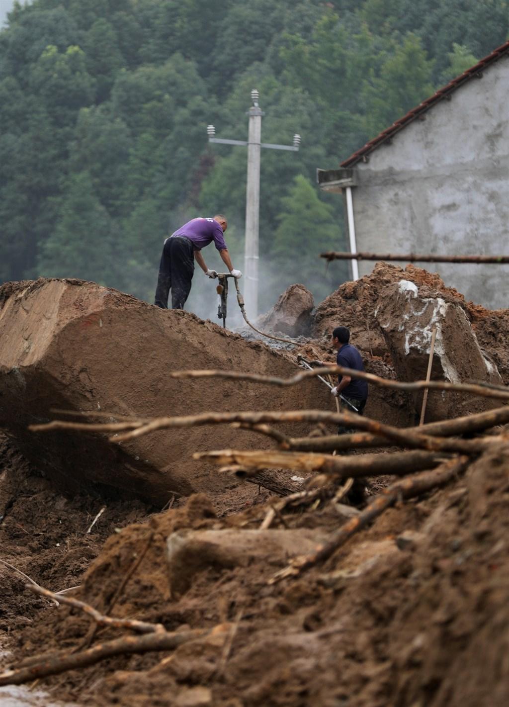 中國南方近日豪雨災情不斷,湖北和貴州省陸續傳出走山,500餘人受災,目前已造成8人被埋死亡。圖為湖北省黃岡市黃梅縣8日凌晨走山,9人被埋失蹤。(中新社提供)