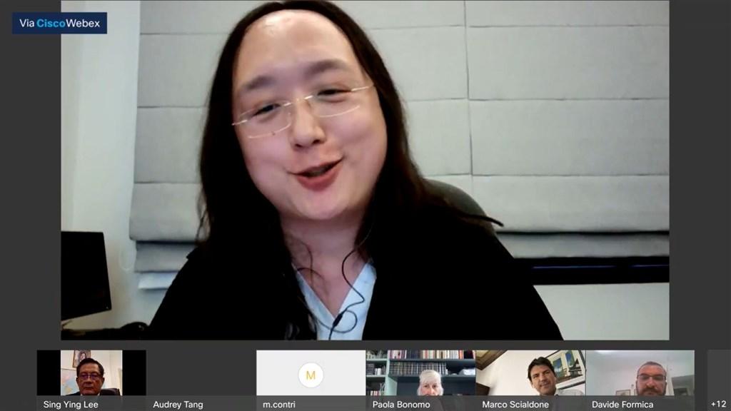 為借鏡台灣防疫經驗,義大利菁英團體本週邀數位政委唐鳳線上對談。唐鳳(上)說,台灣成功三大要素是快速、公平、有趣,以幽默破除謠言。駐義代表李新穎也有參加(左下1)。(圖取自facebook.com/copernicani.it)