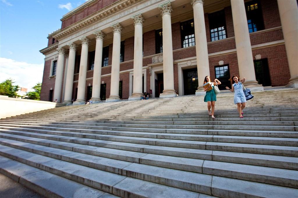 美國川普政府6日下令,若教學機構今秋全採線上教學,外籍生就不得留在美國,引發哈佛大學與麻省理工學院提告阻擋新規。圖為哈佛大學校園。(圖取自facebook.com/Harvard)
