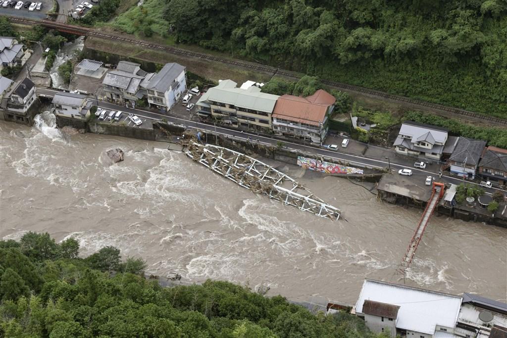 日本大分縣日田市天瀨町的天瀨溫泉街,這幾天遭受九州豪雨重創。當地一座「新天瀨橋」不敵洪水衝擊遭沖毀,橫躺在河川旁。(共同社提供)