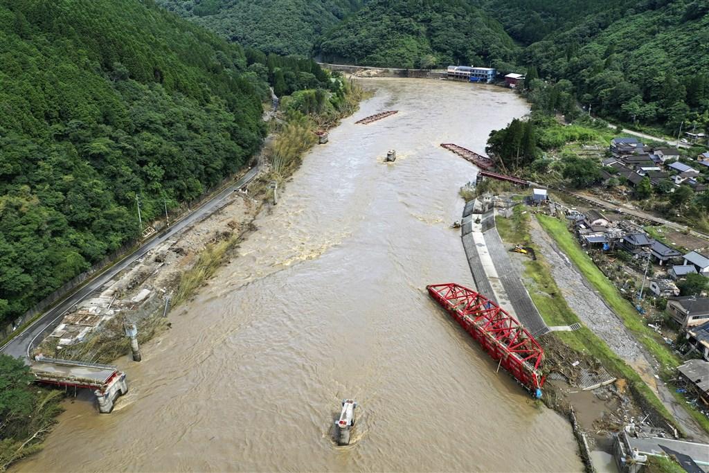 日本九州豪雨至少已造成59人死亡、4人無呼吸心跳,及16人下落不明。不過,目前仍有很多人報警表示無法聯絡到家人或友人。圖為熊本縣球磨川有鋼構橋梁被沖走。(共同社提供)