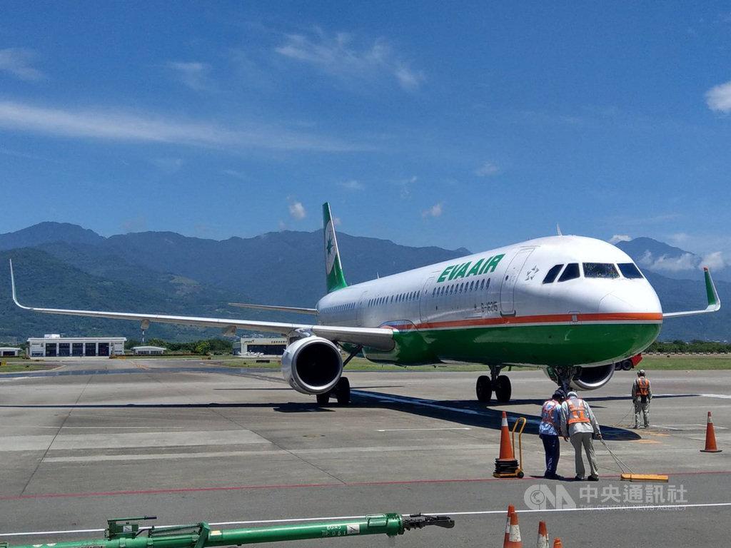 為迎接暑假觀光旺季,立榮航空台北-台東航線加入空中巴士A321機型,載客數184人,是台東航線史上載客量最大機型,10日首航。中央社記者盧太城台東傳真  109年7月10日