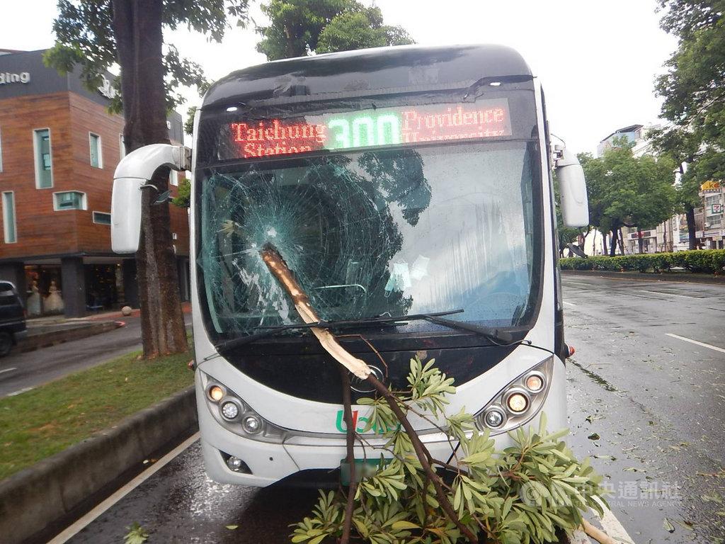 台中市10日中午降下大雨,一輛300號公車行經西屯區台灣大道的公車專用道,遭斷裂路樹刺穿前擋風玻璃,頓時碎玻璃四散,幸無人員受傷。(警方提供)中央社記者蘇木春傳真 109年7月10日