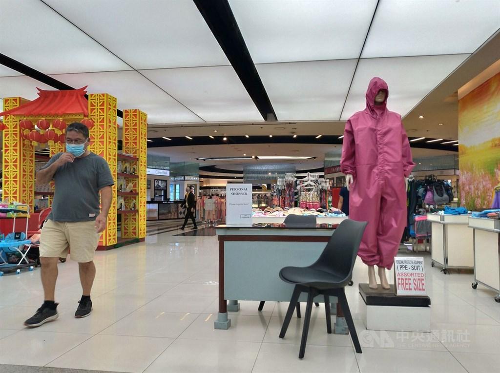 菲律賓武漢肺炎疫情延燒,大馬尼拉地區購物商場也賣起防護衣。照片攝於7月6日。中央社記者陳妍君馬尼拉攝 109年7月7日