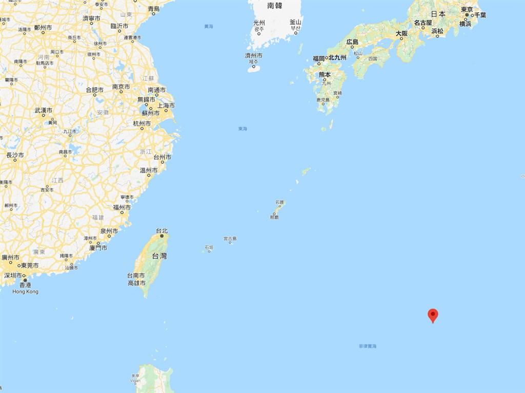 中國的海洋調查船9日到10日上午在沖之鳥島(紅標處)海域進行水文調查,日本向中國提出抗議。(圖取自Google地圖google.com/maps)