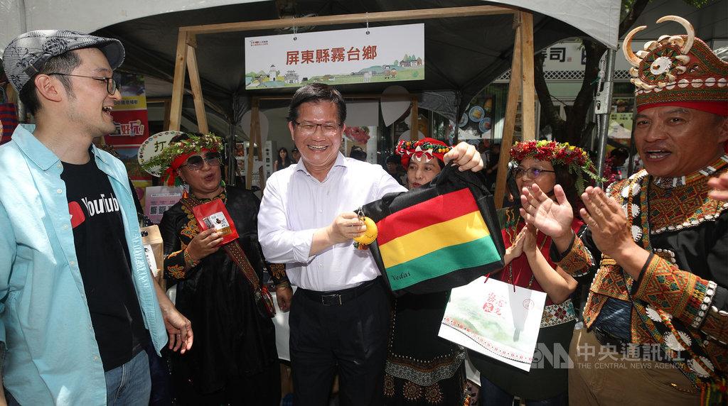 為了鼓勵民眾前往小鎮旅遊,交通部觀光局10日舉行2020台灣經典/山城小鎮聯展暨小鎮護照(2.0)發表會,交通部長林佳龍(中)參觀現場攤位。中央社記者張新偉攝 109年7月10日