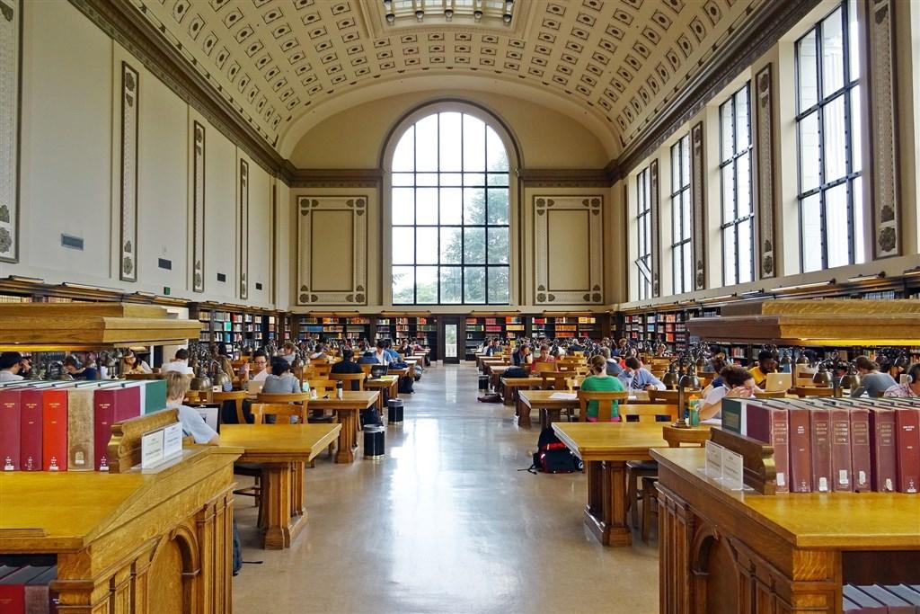美國政府下令,大學院校秋季班若僅開設網路課程,校內國際學生不得留在美國,引起國際學生批評。圖為加州大學圖書館。(圖取自Pixabay圖庫)