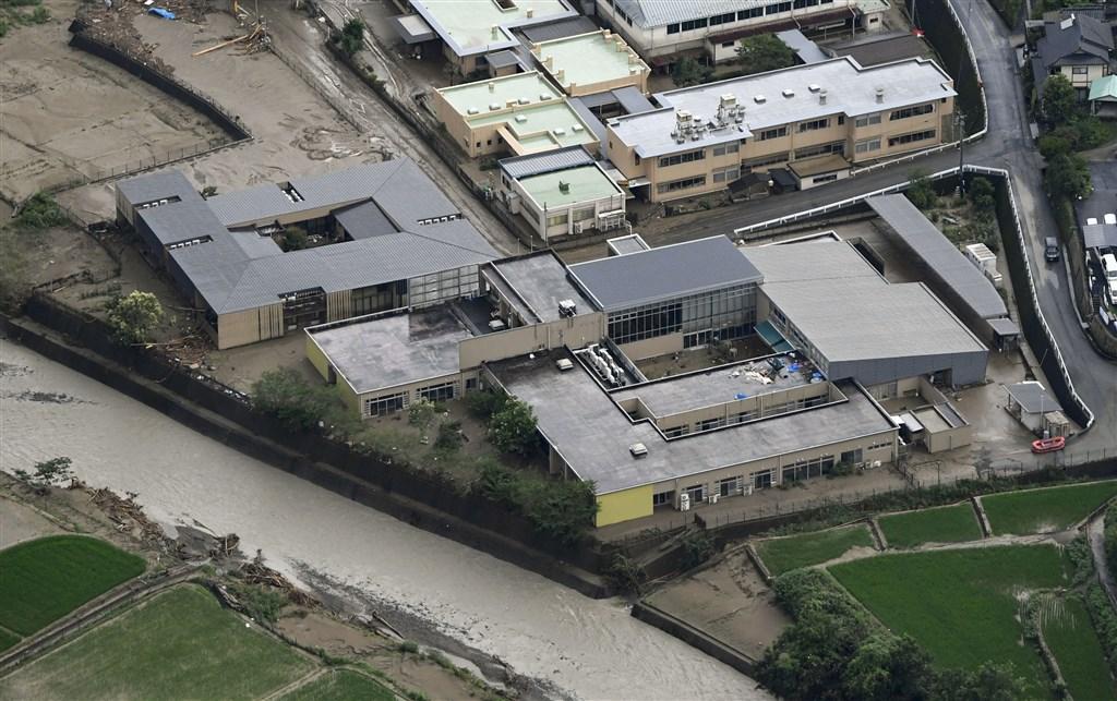 日本近日受鋒面影響,在西日本及東日本都降下破紀錄大雨,多數觀測數據顯示,從3日開始降雨後的一週累積雨量,已多達往年7月一整個月雨量的2到3倍。圖為先前遭洪水淹沒的一所老人中心「千壽園」。(共同社提供)