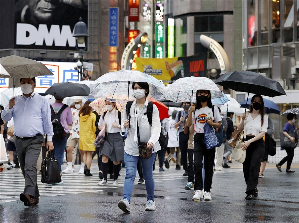 東京都知事小池百合子9日表示,東京確診的224例中,未滿30歲者占逾80%,其中20多歲至30多歲者占75%。圖為澀谷民眾戴口罩上街。(共同社提供)