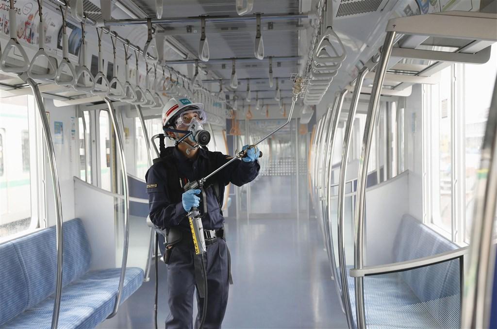 日本東京都疫情有升溫傾向,9日新增224例創新高,接受PCR檢查人數逐漸增加,「陽性率」(接受檢查的人當中確診陽性比率)也增至5.8%。圖為東京地鐵員工為車廂鍍上抗病毒及抗菌藥劑塗層。(共同社提供)