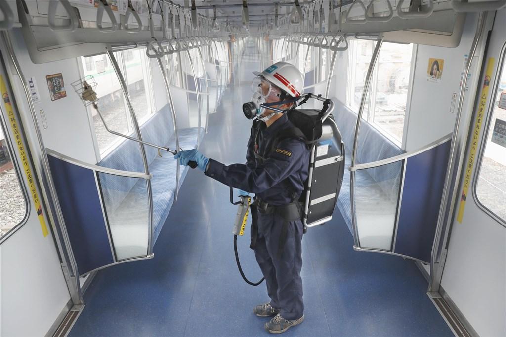 日本武漢肺炎疫情升溫,東京都新增病例最為顯著,東京地下鐵公司已開始在電車車廂內鍍上抗病毒及抗菌藥劑塗層防疫。(共同社提供)