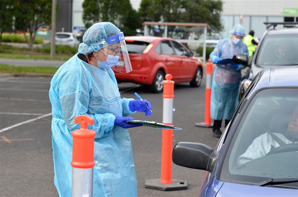 澳洲第二大城墨爾本武漢肺炎疫情難以控制,澳洲官員10日宣布,允許入境的返國公民人數將減少一半。圖為墨爾本安全人員10日對車輛進行檢查,以維持當地的封城措施。(安納杜魯新聞社提供)